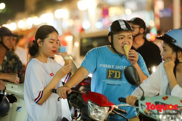 Nắng nóng vượt mức 43 độ, phố Tràng Tiền ken đặc người tìm tới giải nhiệt - Ảnh 6.