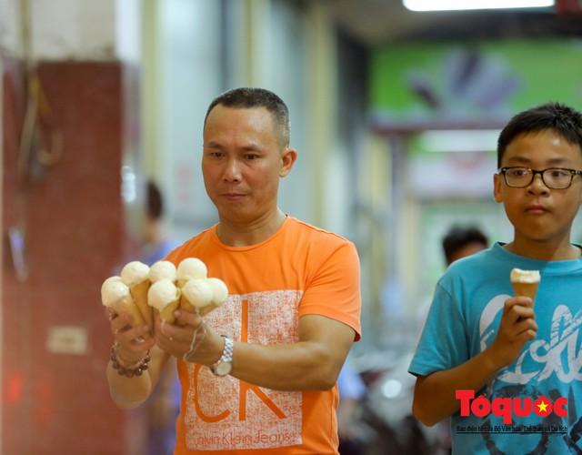 Nắng nóng vượt mức 43 độ, phố Tràng Tiền ken đặc người tìm tới giải nhiệt - Ảnh 3.