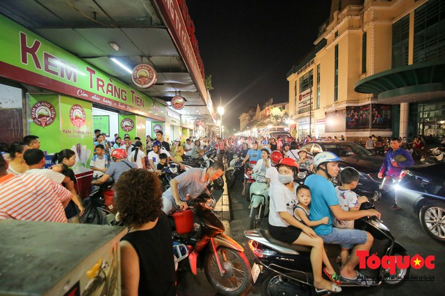 Nắng nóng vượt mức 43 độ, phố Tràng Tiền ken đặc người tìm tới giải nhiệt - Ảnh 1.