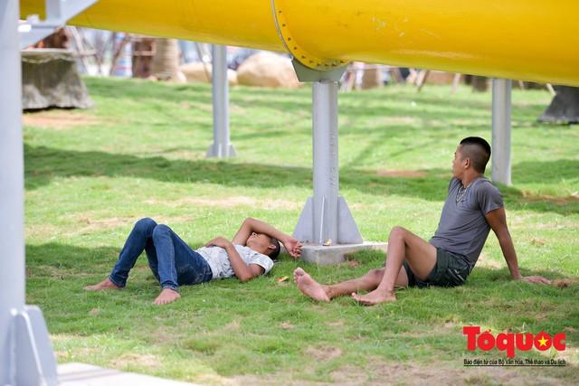 Người dân Thủ đô đổ xô công viên nước để giải nhiệt ngày nắng nóng đỉnh điểm - Ảnh 15.