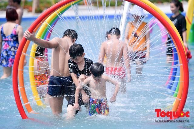 Người dân Thủ đô đổ xô công viên nước để giải nhiệt ngày nắng nóng đỉnh điểm - Ảnh 14.