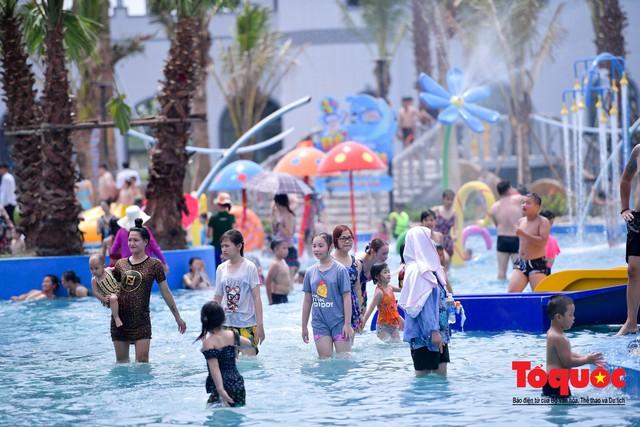 Người dân Thủ đô đổ xô công viên nước để giải nhiệt ngày nắng nóng đỉnh điểm - Ảnh 12.