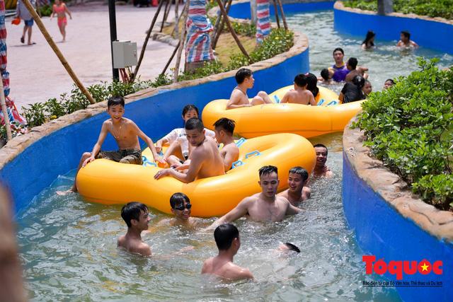 Người dân Thủ đô đổ xô công viên nước để giải nhiệt ngày nắng nóng đỉnh điểm - Ảnh 11.
