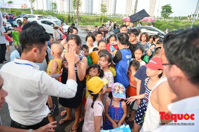 Người dân Thủ đô đổ xô công viên nước để giải nhiệt ngày nắng nóng đỉnh điểm - Ảnh 3.