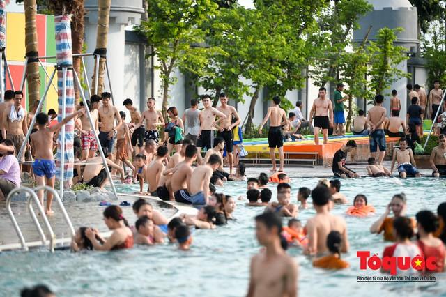 Người dân Thủ đô đổ xô công viên nước để giải nhiệt ngày nắng nóng đỉnh điểm - Ảnh 10.