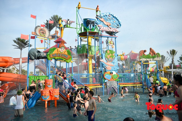 Người dân Thủ đô đổ xô công viên nước để giải nhiệt ngày nắng nóng đỉnh điểm - Ảnh 8.