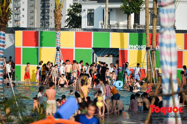 Người dân Thủ đô đổ xô công viên nước để giải nhiệt ngày nắng nóng đỉnh điểm - Ảnh 7.