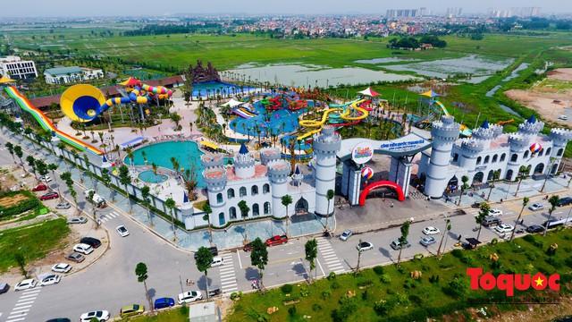 Người dân Thủ đô đổ xô công viên nước để giải nhiệt ngày nắng nóng đỉnh điểm - Ảnh 1.