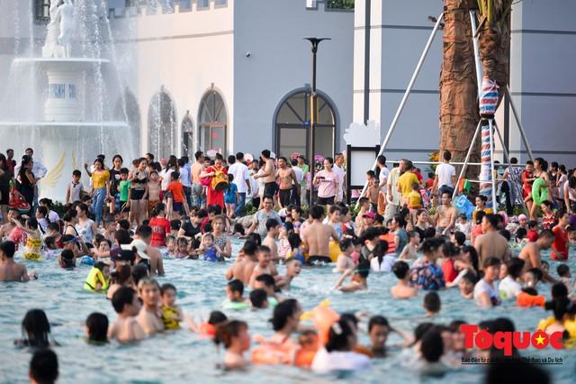 Người dân Thủ đô đổ xô công viên nước để giải nhiệt ngày nắng nóng đỉnh điểm - Ảnh 6.
