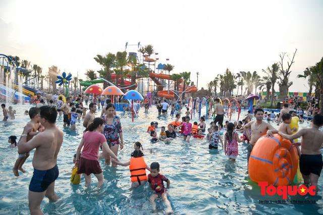 Người dân Thủ đô đổ xô công viên nước để giải nhiệt ngày nắng nóng đỉnh điểm - Ảnh 5.
