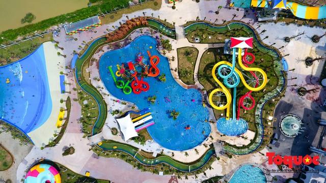 Người dân Thủ đô đổ xô công viên nước để giải nhiệt ngày nắng nóng đỉnh điểm - Ảnh 4.