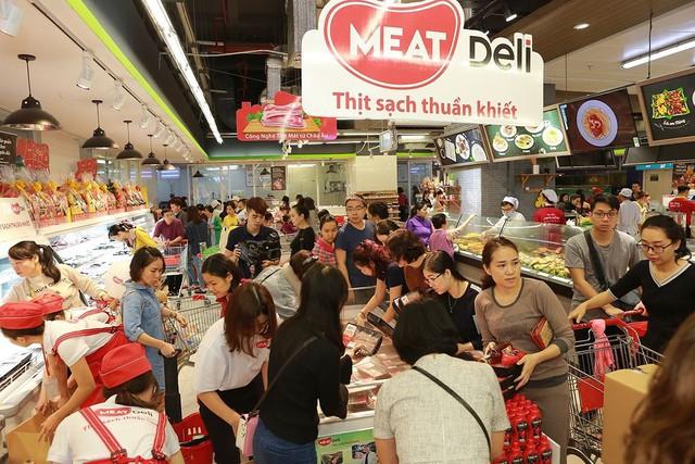 Thịt mát trở lại, đông đảo bà nội trợ Hà Nội chen chân tới mua - Ảnh 1.