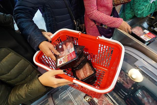 Thịt mát trở lại, đông đảo bà nội trợ Hà Nội chen chân tới mua - Ảnh 3.
