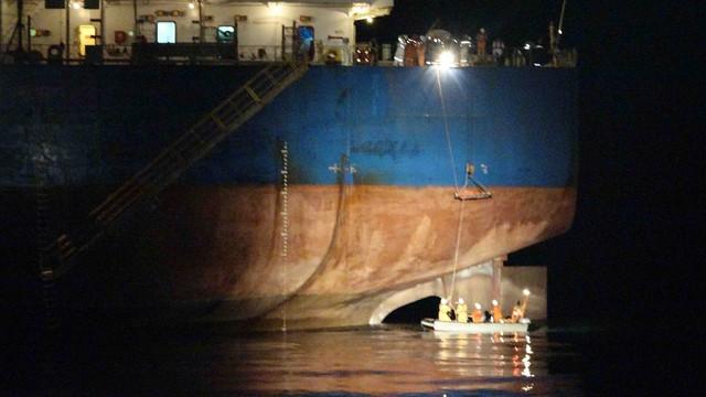 Xuyên đêm cứu thuyền viên tàu Liberia bị nạn trên biển - Ảnh 1.