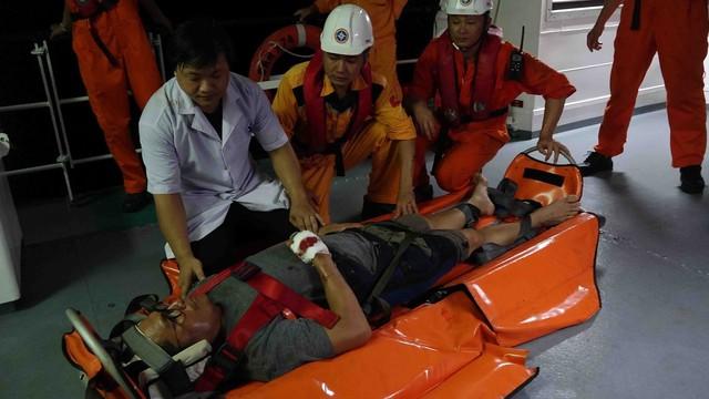Xuyên đêm cứu thuyền viên tàu Liberia bị nạn trên biển - Ảnh 2.
