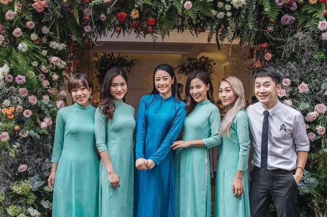 Đẹp hút hồn dàn sao VTV đồng phục áo dài xanh bê tráp cho MC Phí Linh  - Ảnh 2.