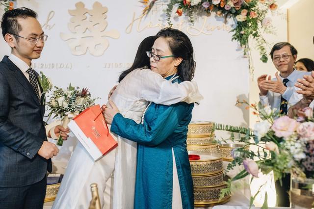 Đẹp hút hồn dàn sao VTV đồng phục áo dài xanh bê tráp cho MC Phí Linh  - Ảnh 7.