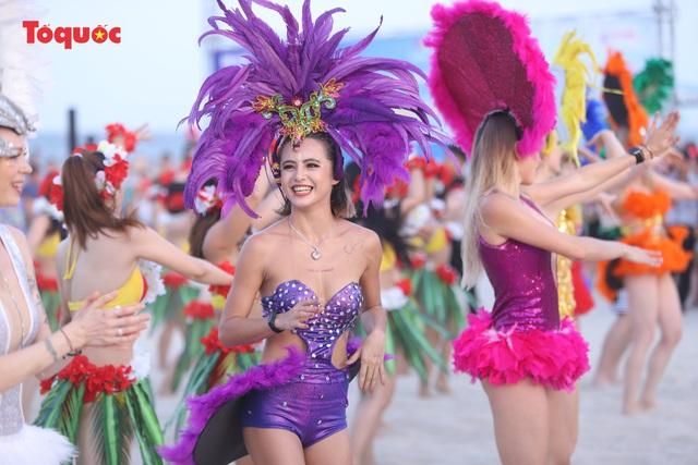 Hàng trăm người đẹp mặc bikini nhảy flashmob trên bãi biển Đà Nẵng  - Ảnh 12.