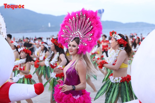 Hàng trăm người đẹp mặc bikini nhảy flashmob trên bãi biển Đà Nẵng - Ảnh 6.