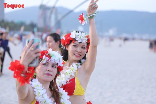 Hàng trăm người đẹp mặc bikini nhảy flashmob trên bãi biển Đà Nẵng  - Ảnh 11.