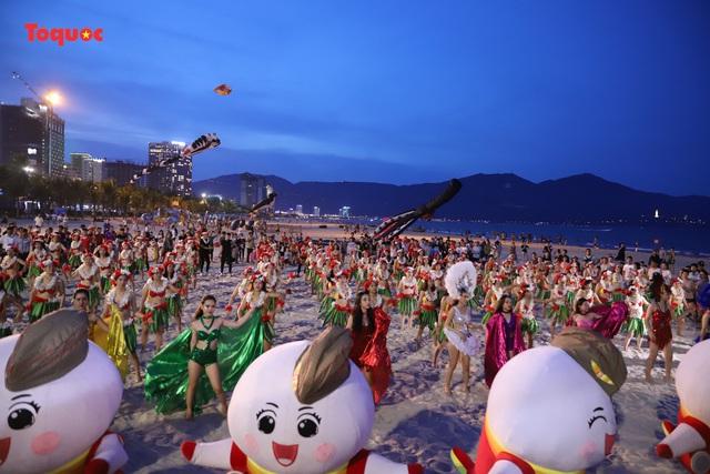 Hàng trăm người đẹp mặc bikini nhảy flashmob trên bãi biển Đà Nẵng - Ảnh 5.