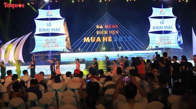 Hàng trăm người đẹp mặc bikini nhảy flashmob trên bãi biển Đà Nẵng  - Ảnh 1.