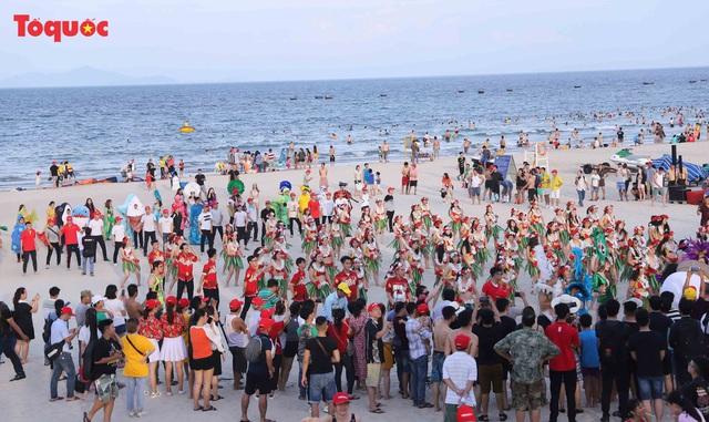 Hàng trăm người đẹp mặc bikini nhảy flashmob trên bãi biển Đà Nẵng  - Ảnh 2.