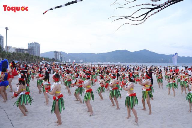 Hàng trăm người đẹp mặc bikini nhảy flashmob trên bãi biển Đà Nẵng  - Ảnh 3.