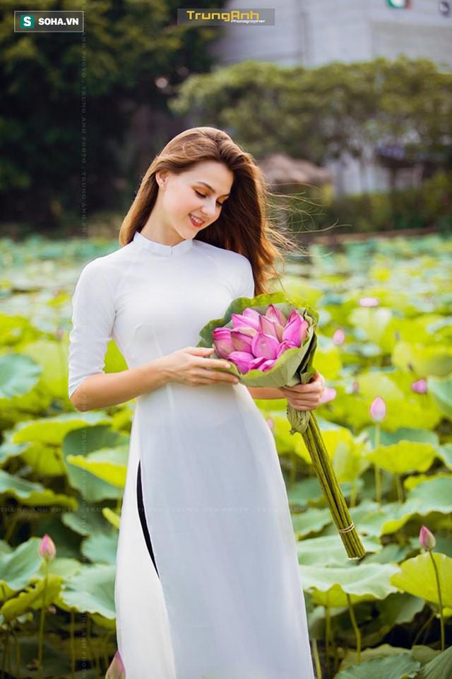 Mỗi năm đến hè, xin đừng cưỡng bức hoa sen bằng những hình ảnh phản cảm, đáng xấu hổ - Ảnh 2.
