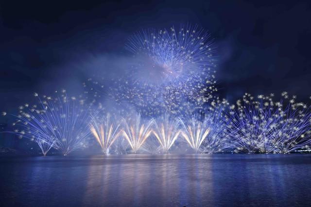"""Phần Lan và Ý trình diễn pháo hoa """"Tình yêu"""" trong mưa - Ảnh 2."""