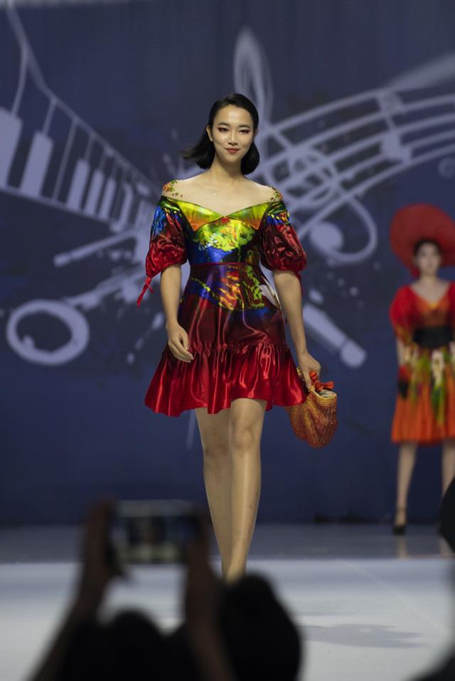 Hoa hậu Thủy Tiên toả sáng với thiết kế của Đỗ Trịnh Hoài Nam tại Hàn Quốc - Ảnh 2.