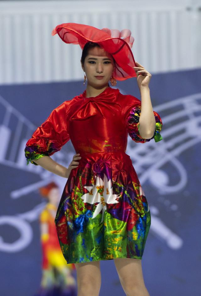 Hoa hậu Thủy Tiên toả sáng với thiết kế của Đỗ Trịnh Hoài Nam tại Hàn Quốc - Ảnh 3.