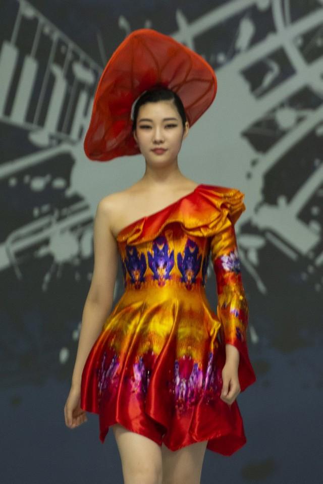 Hoa hậu Thủy Tiên toả sáng với thiết kế của Đỗ Trịnh Hoài Nam tại Hàn Quốc - Ảnh 4.