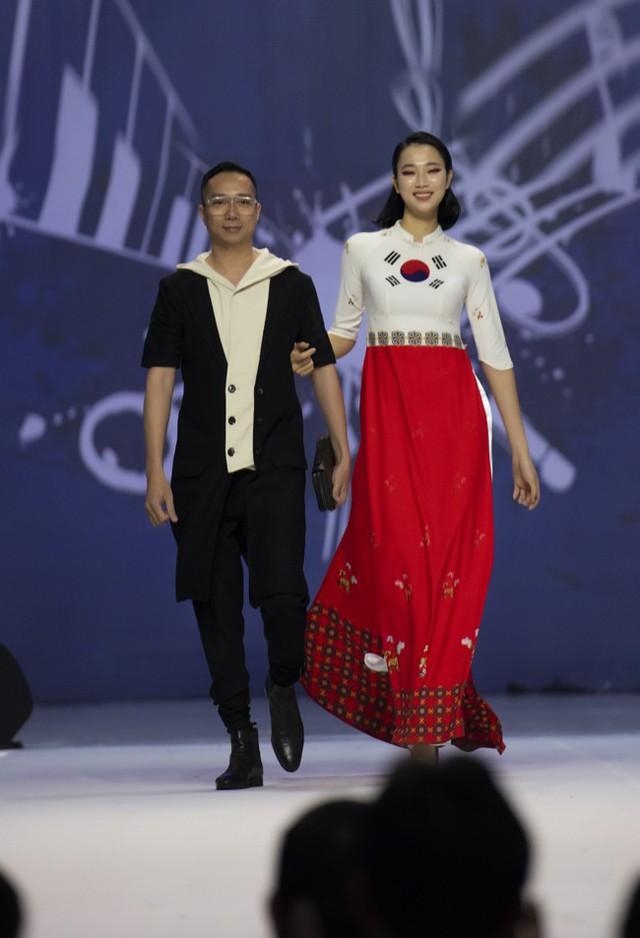 Hoa hậu Thủy Tiên toả sáng với thiết kế của Đỗ Trịnh Hoài Nam tại Hàn Quốc - Ảnh 6.