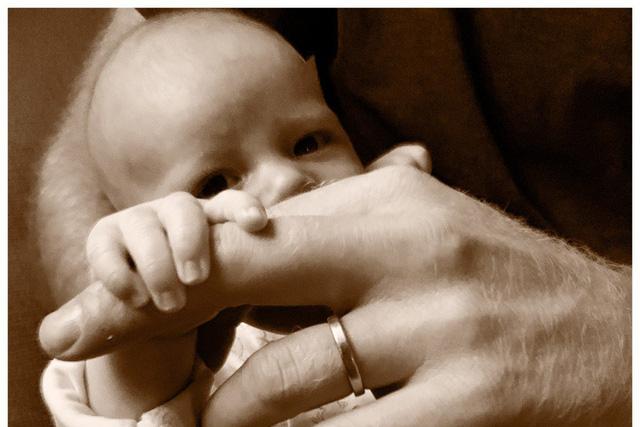Hình ảnh mong chờ nhất: Vợ chồng Hoàng tử Harry- Meghan hé lộ khuôn mặt của con trai - Ảnh 1.