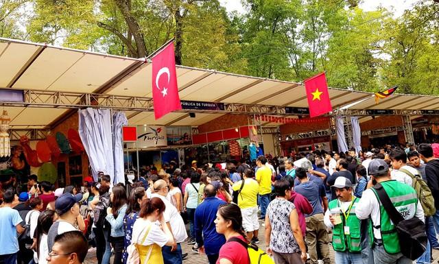 Ấn tượng Việt Nam tại Hội chợ quốc tế các nền văn hóa bạn bè - Ảnh 2.