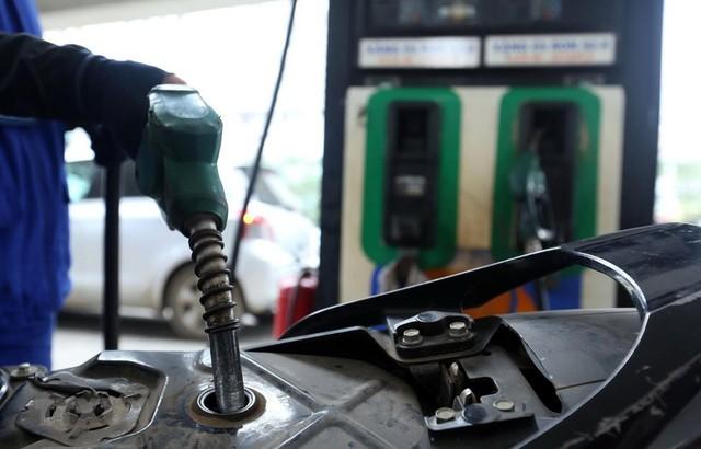Giá xăng giảm hơn 1.000 đồng/lít từ 15h chiều nay - Ảnh 1.