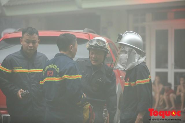 Hà Nội: Cháy khách sạn trên phố cổ, gần 30 người được đưa ra khỏi đám cháy - 12