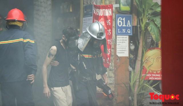 Hà Nội: Cháy khách sạn trên phố cổ, gần 30 người được đưa ra khỏi đám cháy - 4