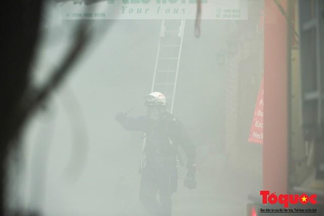 Hà Nội: Cháy khách sạn trên phố cổ, gần 30 người được đưa ra khỏi đám cháy - 10