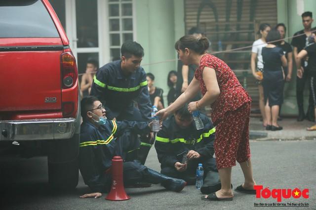 Hà Nội: Cháy khách sạn trên phố cổ, gần 30 người được đưa ra khỏi đám cháy - 13