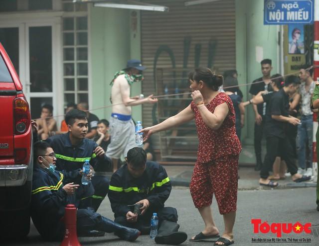 Hà Nội: Cháy khách sạn trên phố cổ, gần 30 người được đưa ra khỏi đám cháy - 14