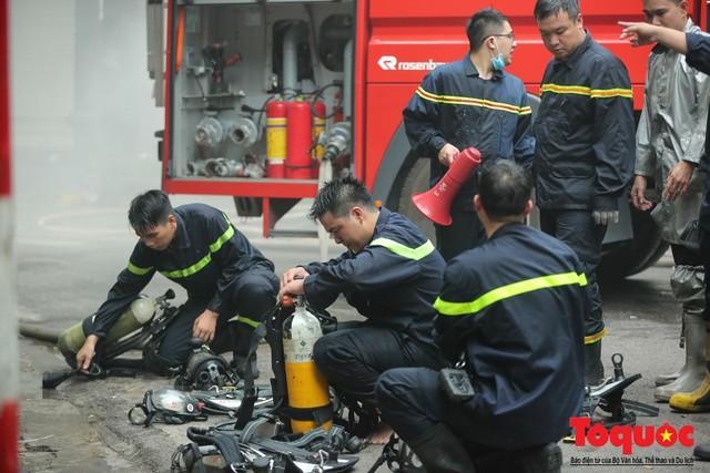 Hà Nội: Cháy khách sạn trên phố cổ, gần 30 người được đưa ra khỏi đám cháy - 9
