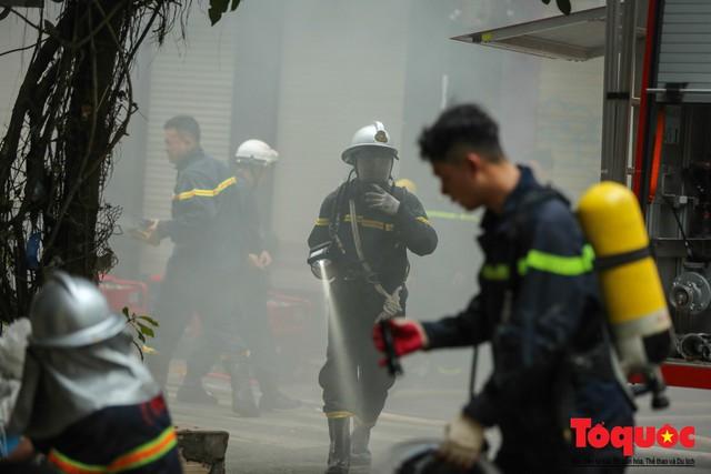 Hà Nội: Cháy khách sạn trên phố cổ, gần 30 người được đưa ra khỏi đám cháy - 8