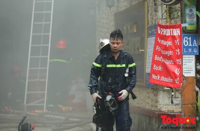 Hà Nội: Cháy khách sạn trên phố cổ, gần 30 người được đưa ra khỏi đám cháy - 11
