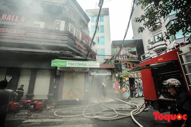 Hà Nội: Cháy khách sạn trên phố cổ, gần 30 người được đưa ra khỏi đám cháy - 15