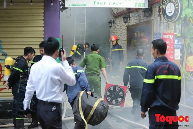 Hà Nội: Cháy khách sạn trên phố cổ, gần 30 người được đưa ra khỏi đám cháy - 1