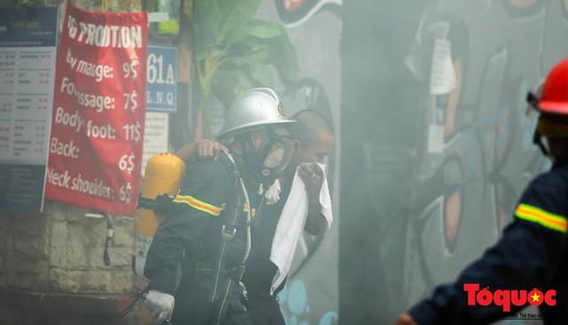 Hà Nội: Cháy khách sạn trên phố cổ, gần 30 người được đưa ra khỏi đám cháy - 3