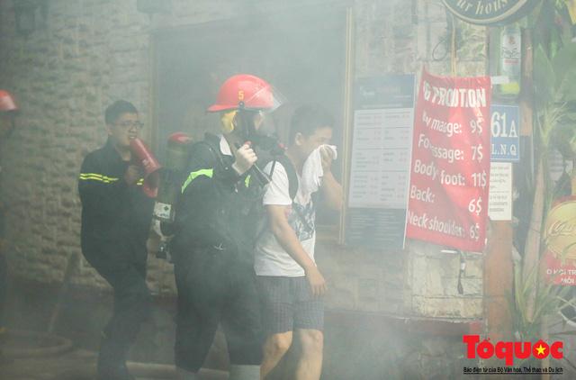 Hà Nội: Cháy khách sạn trên phố cổ, gần 30 người được đưa ra khỏi đám cháy - 2