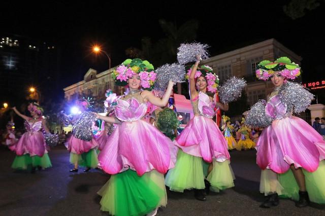 Đà Nẵng cuồng nhiệt trong Carnival đường phố DIFF 2019 tối 16/6 - Ảnh 4.